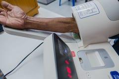 Comprobación de la presión arterial en el hospital con un Digital Equipment Imagen de archivo