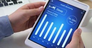 Comprobación de la supervisión del sueño en la salud app en la tableta digital almacen de video