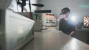 Comprobación de la visión del ` s del niño con la ayuda de los vidrios de la realidad virtual del stereovideo Imagen de archivo