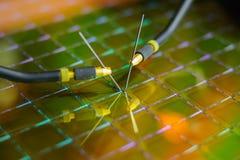 Comprobación de los microchipes en la oblea de silicio con la estación de la punta de prueba Microelecronics foto de archivo libre de regalías