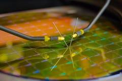 Comprobación de los microchipes en la oblea de silicio con la estación de la punta de prueba Microelecronics fotografía de archivo libre de regalías