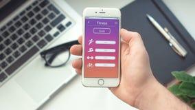 Comprobación de metas de la aptitud en el deporte app en el smartphone metrajes