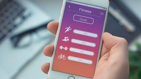Comprobación de metas de la aptitud en el deporte app en el smartphone almacen de video