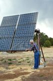 Comprobación de sus paneles solares Foto de archivo libre de regalías