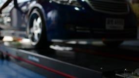 Comprobación de una suspensión del coche para saber si hay reparación en el garaje del coche almacen de video