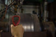 Comprobación del acero del calor de la temperatura durante la soldadura Imagen de archivo libre de regalías