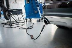 Comprobación del coche de la emisión de gas Imágenes de archivo libres de regalías