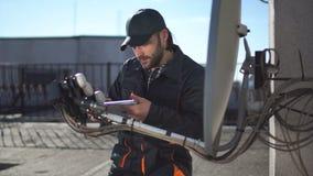 Comprobación del ingeniero o del técnico antenas con el panel táctil almacen de video