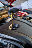 Comprobación del nivel de aceite de motor en coche moderno Servicio del invierno para la conducción segura fotografía de archivo