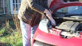 Comprobación del nivel del aceite o del lubricante en un vehículo almacen de metraje de vídeo