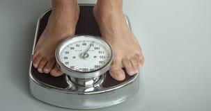 Comprobación del peso en una escala almacen de video