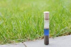 Comprobación del valor de pH del suelo del jardín con un metro de pH simple Foto de archivo libre de regalías