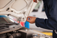 Comprobación de niveles de aceite de un coche Foto de archivo libre de regalías