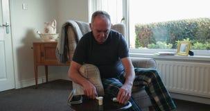 Comprobando niveles de azúcar de sangre en casa almacen de video