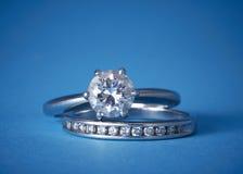 Compromiso del diamante y anillos de bodas Imagen de archivo