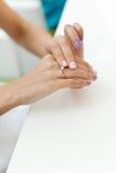 Compromiso del partido de la soltera de la mano de la mujer del finger del anillo de bodas Imagen de archivo