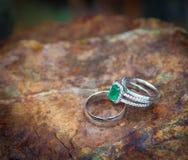 Compromiso y anillos de bodas esmeralda Imagen de archivo libre de regalías