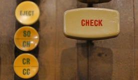 Compruebe el botón en la máquina bancaria automatizada vieja foto de archivo