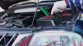 Compruebe el coche de batería con el multímetro digital almacen de video