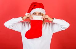 Compruebe el contenido de la media de la Navidad Mujer en fondo del rojo del regalo de la Navidad del control del sombrero de san imagen de archivo libre de regalías