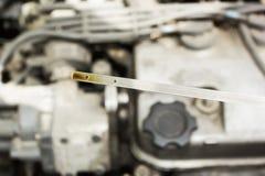 Compruebe el nivel de aceite del coche contra el motor foto de archivo