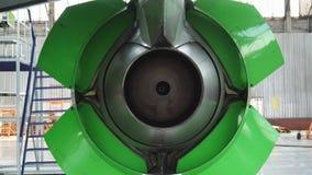 Compruebe el revés el motor de un avión de pasajeros metrajes