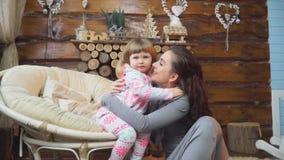 Compruebe hacia fuera la cámara de su madre que abrace y bese a su hija metrajes