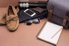 Compruebe la lista antes van viaje, ropa y accessorieson en w Fotos de archivo libres de regalías