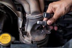 Compruebe y cambie el coche del sensor del oxígeno imagen de archivo