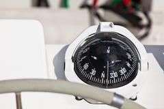 Compás del yate de la navegación y rueda de control Fotografía de archivo