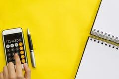 Comptabilité, concept financier, vue étendue ou supérieure plate du stylo, téléphone intelligent avec la calculatrice avec le blo photo stock