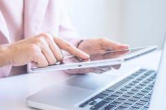 Comptabilité d'entreprise d'analyse de femme d'affaires Image libre de droits