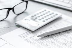 comptabilité d'impôts avec la calculatrice dans l'espace de travail de bureau sur la vue supérieure de fond en pierre de bureau Image stock