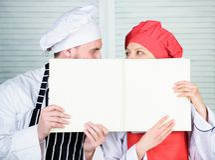 Comptabilité de livre dans le restaurant Chef et cuisinier de préparation tenant la feuille vide de compte Livre de exécution pri photo libre de droits