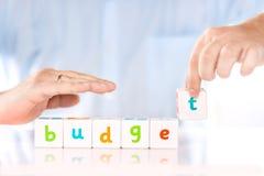 Comptabilité encaissant le concept de finances ou d'affaires Les mains masculines rassemblent le budget de mot des cubes photos stock