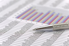Comptabilité financière avec le stylo et la calculatrice photo stock