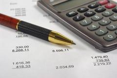 Comptabilité financière avec le stylo et la calculatrice images stock