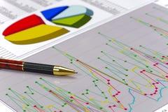 Comptabilité financière avec le stylo et le diagramme image stock