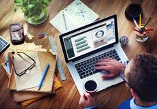 Comptabilité d'entreprise d'analyse d'homme sur l'ordinateur portable Photo stock
