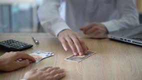 Comptable bancaire échangeant l'euro pour Yens japonais, transaction de devise, service banque de vidéos