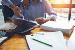 Comptable d'homme d'affaires travaillant dur avec r financier de comptabilité image libre de droits