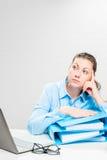 Comptable dans la chemise bleue avec la séance réfléchie de documents photo libre de droits