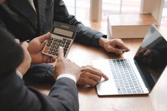 comptable discutant avec l'homme d'affaires audit interne p de commissaire aux comptes image stock
