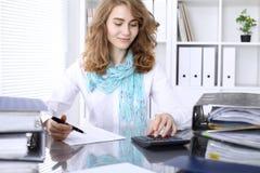 Comptable ou inspecteur financier rédigeant le rapport, calculant ou vérifiant l'équilibre photos stock