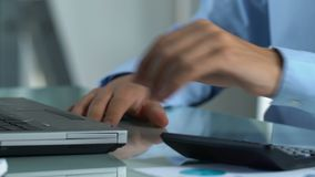 Comptable travaillant sur l'ordinateur portable, calculant et rapportant des données financières sur l'entreprise banque de vidéos