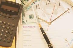 Compte bancaire dans la note de livre avec le stylo-plume pendant le temps financier d'affaires photos libres de droits
