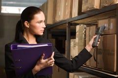 Compte courant de femme d'affaires dans l'entrepôt Image stock
