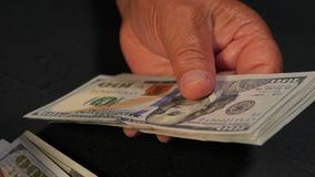 Compte de la devise des USA Dame âgée compte l'argent Nouveaux dollars dans des mains avec des rides Fermez-vous vers le haut de  clips vidéos