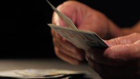 Compte de la devise des USA Dame âgée compte l'argent Nouveaux dollars dans des mains avec des rides Fermez-vous vers le haut de  banque de vidéos