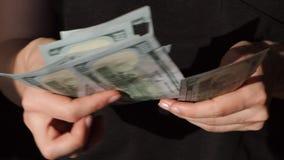Compte de la devise des USA La femme compte l'argent Nouveaux dollars disponibles Mouvement lent banque de vidéos